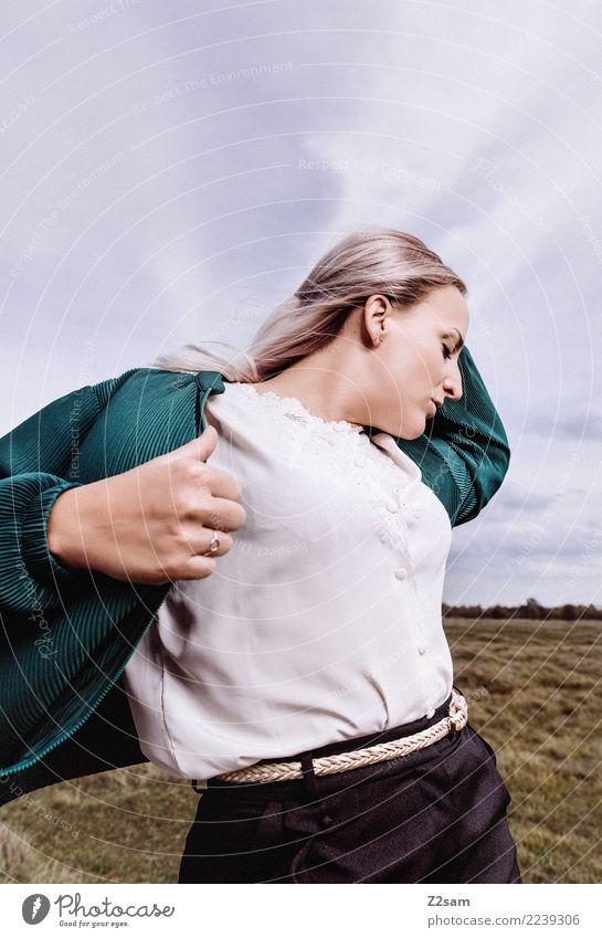 Hingabe Lifestyle elegant Stil feminin Junge Frau Jugendliche 18-30 Jahre Erwachsene Himmel Herbst Wiese Mode Hose Jacke blond langhaarig festhalten träumen