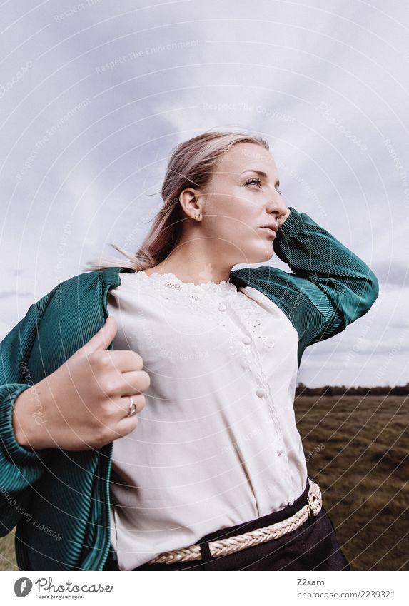 hingabe Lifestyle elegant Stil feminin Junge Frau Jugendliche 18-30 Jahre Erwachsene Natur Landschaft Himmel Herbst Mode Jacke Bluse blond langhaarig festhalten