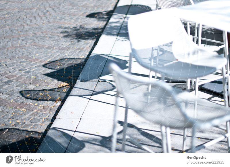 Noch Sonnenplätze frei weiß Sommer grau Tisch leer Stuhl Restaurant Café Kopfsteinpflaster trendy Sitzgelegenheit Schönes Wetter Bordsteinkante Straßencafé