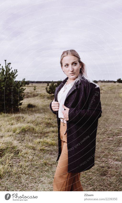 AUTUM 2017 Lifestyle elegant Stil feminin Junge Frau Jugendliche 18-30 Jahre Erwachsene Natur Landschaft Himmel Herbst Sträucher Wiese Heide Mode Hose Mantel