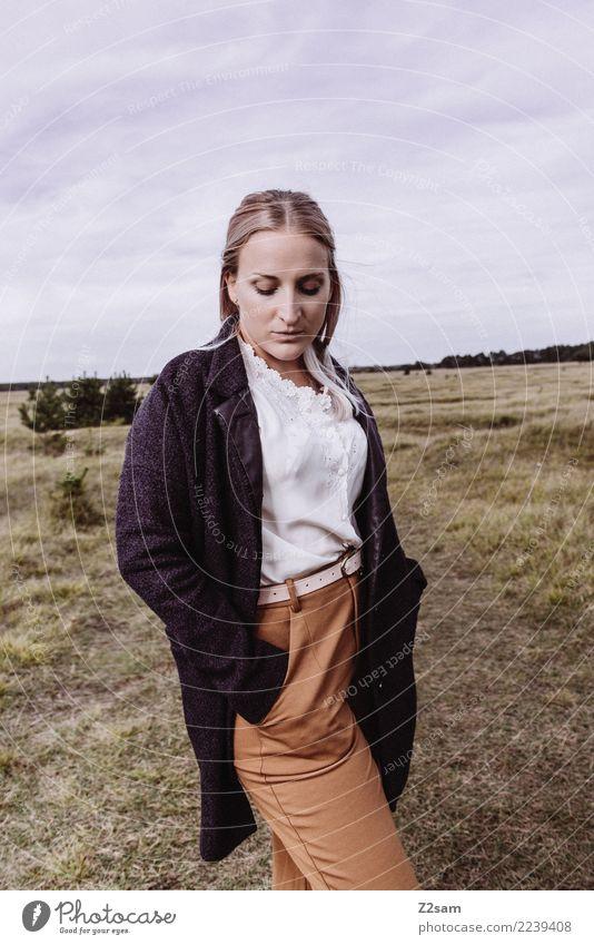 AUTUM 2017 Lifestyle elegant Stil Junge Frau Jugendliche 18-30 Jahre Erwachsene Natur Himmel Herbst Wiese Mode Mantel Bluse blond langhaarig träumen trendy