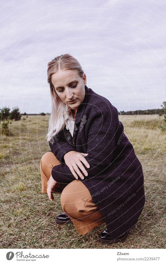 Autum 2017 Lifestyle elegant Stil feminin Junge Frau Jugendliche 18-30 Jahre Erwachsene Natur Landschaft Herbst Wiese Mode Hose Mantel Stiefel blond langhaarig