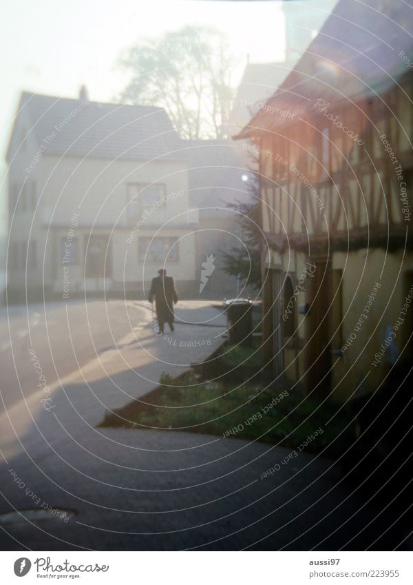 Uncle Albert Mann alt Einsamkeit Senior Fassade Spaziergang Asphalt Dorf Ruhestand Teer Blendenfleck Bewegung Fachwerkhaus