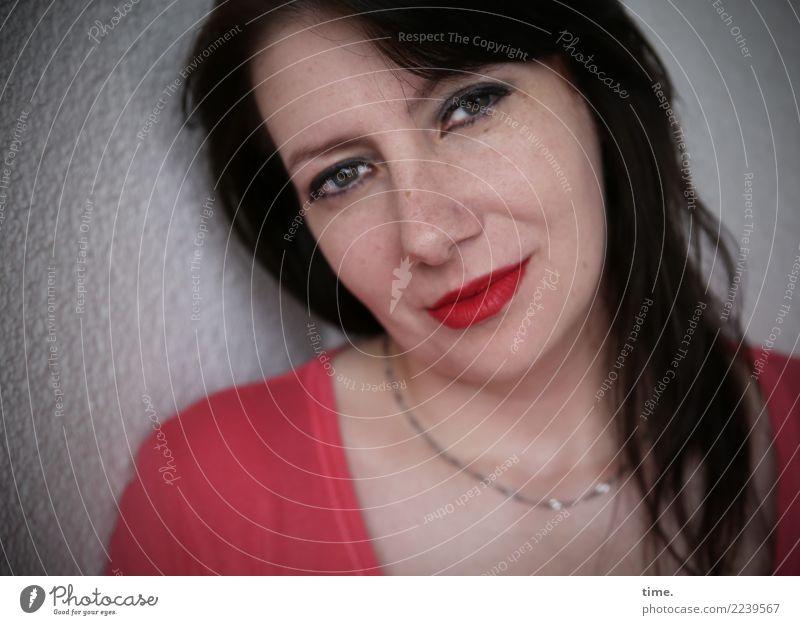 . feminin Frau Erwachsene 1 Mensch T-Shirt Schmuck brünett langhaarig beobachten Denken Blick Freundlichkeit schön Wärme Zufriedenheit selbstbewußt Vertrauen