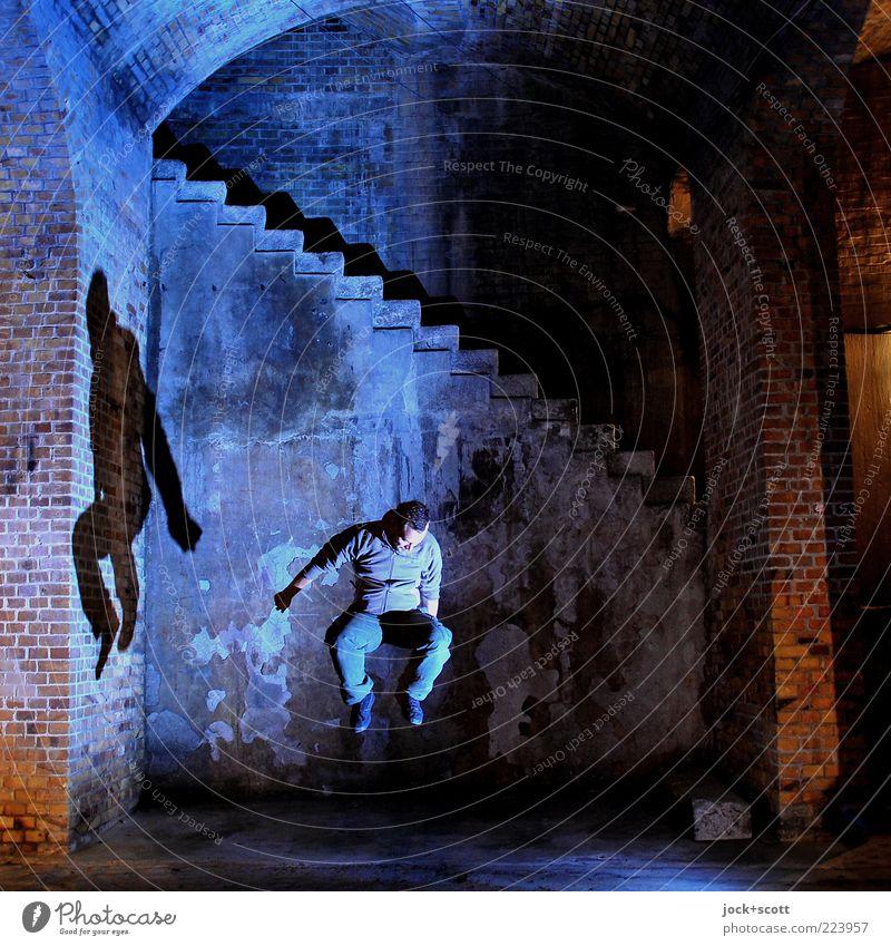 Moment im Sprung Wand Treppe Backstein Bewegung fallen springen außergewöhnlich fantastisch Gefühle Mittelpunkt Zeit Illumination Illusion Reaktionen u. Effekte