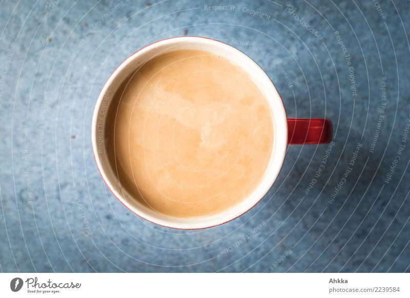 Blick in eine Teetasse mit Inhalt vor blauem Hintergrund Getränk Heißgetränk Kaffee Tasse Winter trinken bescheiden Pause Perspektive ruhig Zufriedenheit