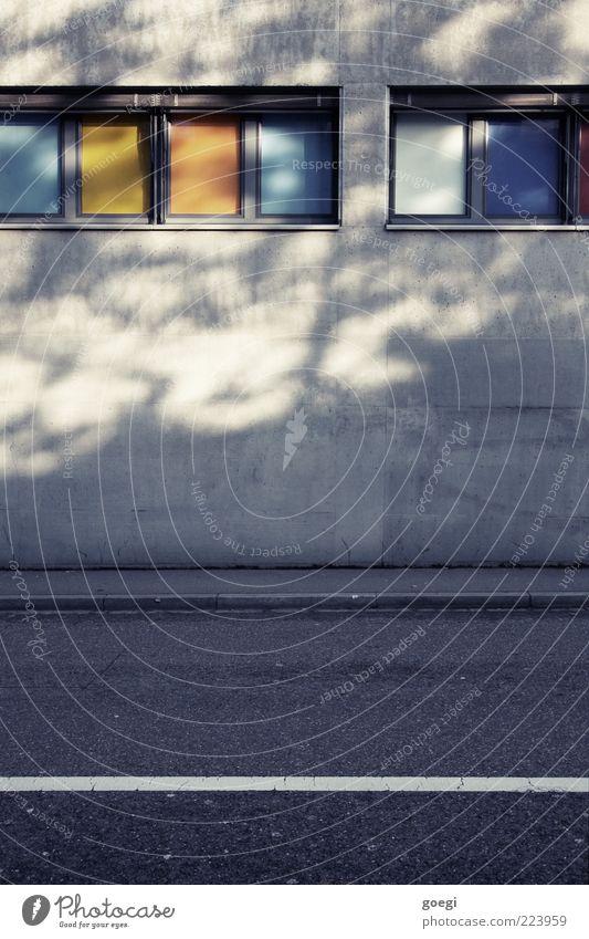Windows 6 Haus Mauer Wand Fassade Fenster Schilder & Markierungen Linie mehrfarbig Farbe Bürgersteig Fahrbahnmarkierung Farbfoto Außenaufnahme Menschenleer