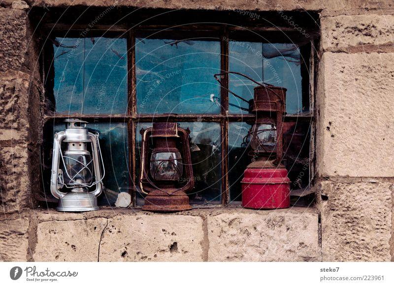 die 3 Lampen von der Fensterbank alt weiß rot Wand Mauer braun Fassade Rost silber Schrott Fensterkreuz Steinmauer Öllampe