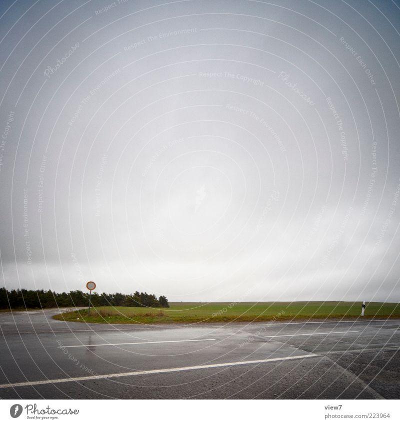 angehalten Himmel Natur Baum Wolken Einsamkeit Straße dunkel Landschaft Wege & Pfade Regen Feld nass Schilder & Markierungen Verkehr ästhetisch authentisch