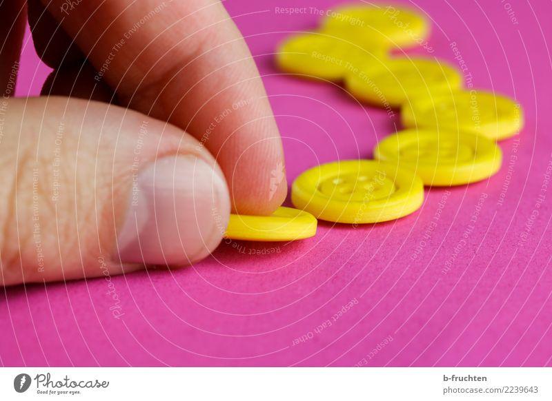 Knöpfe Mann Erwachsene Hand Finger Kunststoff wählen bauen berühren Bewegung festhalten einzigartig gelb violett rosa Vertrauen Verschwiegenheit Reihe Spielen