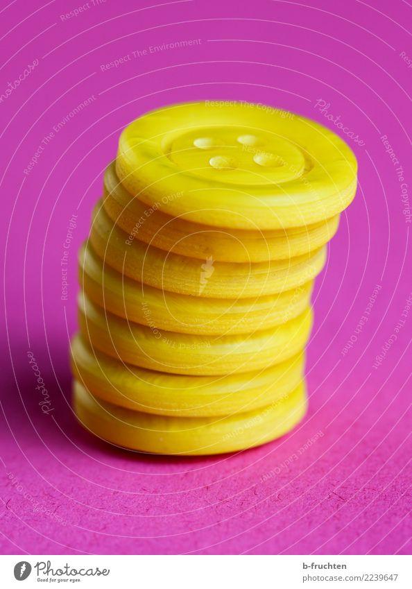 Knöpfe Kunststoff Coolness Erfolg gelb rosa Genauigkeit Zufriedenheit Zusammenhalt Turm Neigung Sicherheit Stapel aufeinander Stabilität zubehör Innenaufnahme
