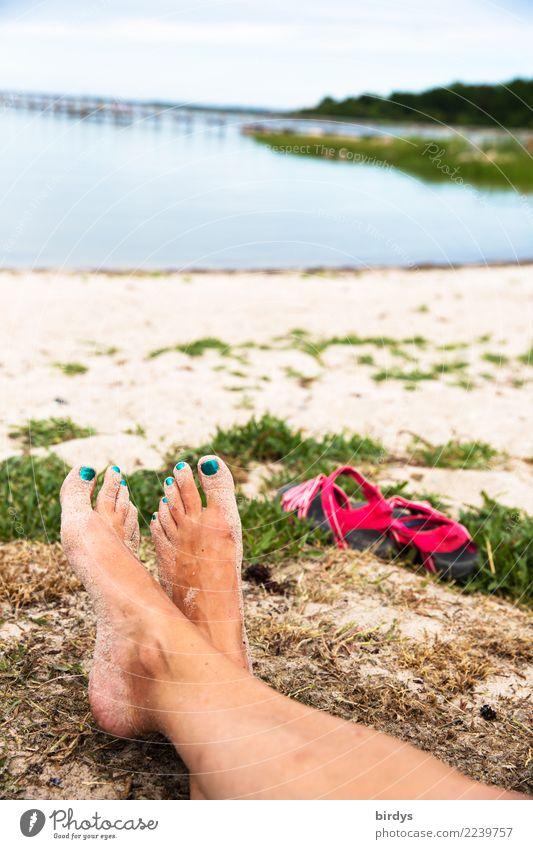 entspannte Zeit Frau Mensch Natur Ferien & Urlaub & Reisen nackt Sommer Erholung ruhig Strand Erwachsene Küste feminin Fuß liegen authentisch Lebensfreude