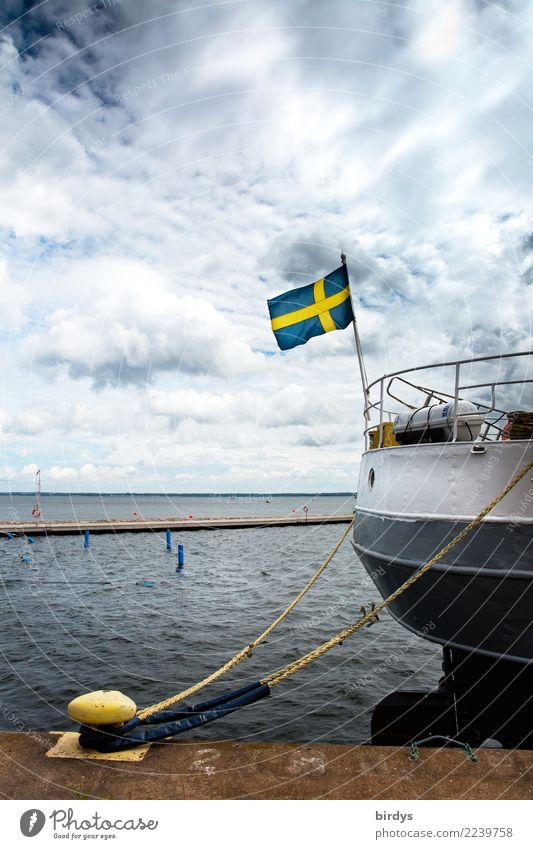Der Schwedenkutter hat festgemacht Himmel Ferien & Urlaub & Reisen blau Meer Wolken ruhig gelb Schwimmen & Baden grau Horizont authentisch Wind warten Seil
