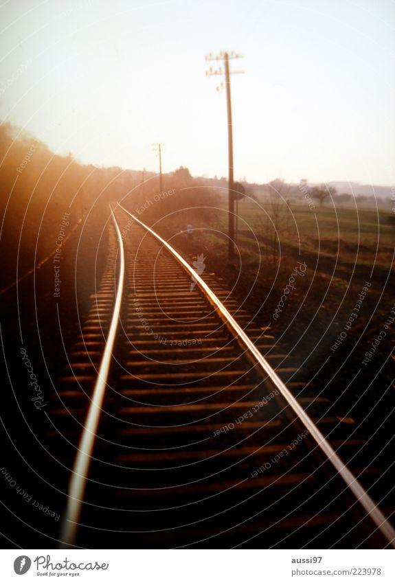 Gran tourismo Natur Wiese Feld Eisenbahn Gleise Strommast ungewiss Sonnenaufgang Schienenverkehr
