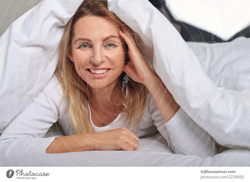 Schöne Frau von mittlerem Alter unter Blättern Mensch schön weiß Erholung Gesicht Erwachsene Glück blond 45-60 Jahre Haut Lächeln Fröhlichkeit weich schlafen