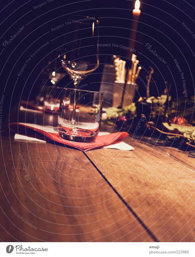 Weindegustation Alkohol Glas dunkel Tisch Weinglas gemütlich weindegustation Serviette Farbfoto Textfreiraum unten Nacht Licht Schatten Wasserglas Kerze