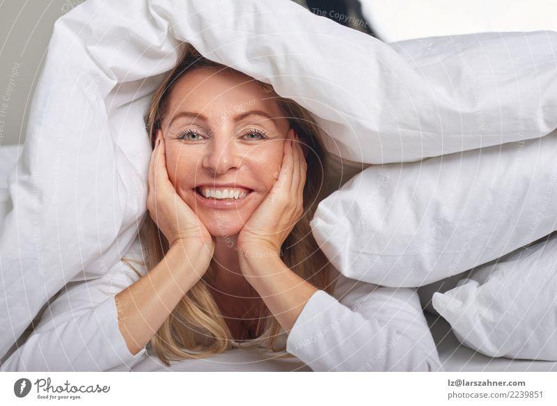 Schöne Frau von mittlerem Alter unter Blättern Glück schön Haut Gesicht Erholung Schlafzimmer Erwachsene 1 Mensch 45-60 Jahre blond Lächeln schlafen