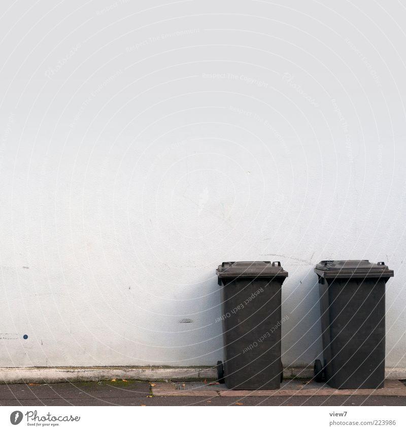 gemeinsam alleine Häusliches Leben Haus Mauer Wand Fassade Kunststoff alt einzigartig kalt modern Originalität blau schwarz Ordnung rein Müllbehälter entsorgen