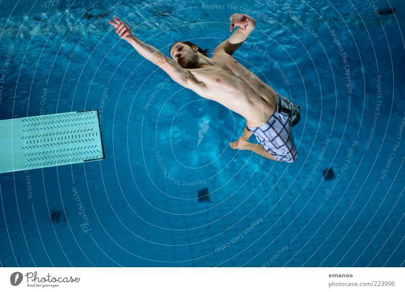 don't shoot me. Mensch Jugendliche Wasser blau Freude Erwachsene Bewegung springen Stil Körper Freizeit & Hobby fliegen Schwimmen & Baden Lifestyle einzigartig Schwimmbad