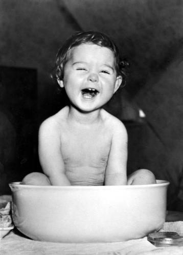 Lachendes Kleinkind in Waschschüssel Freude Körperpflege Gesicht Leben Tisch Kind Mensch Mädchen Zähne genießen lachen Fröhlichkeit klein niedlich Lebensfreude