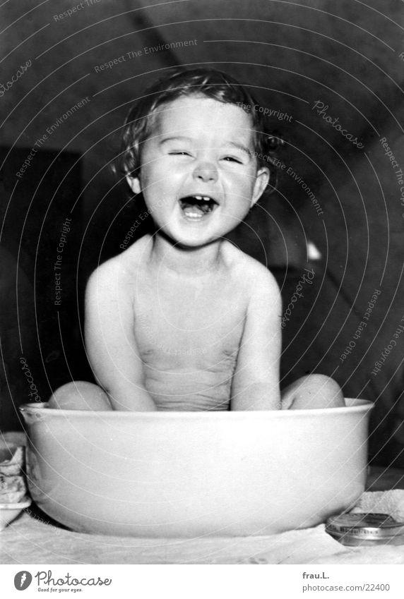 Waschschüssel Freude Körperpflege Gesicht Leben Tisch Kind Mensch Kleinkind Mädchen Zähne lachen Fröhlichkeit klein niedlich Lebensfreude Begeisterung