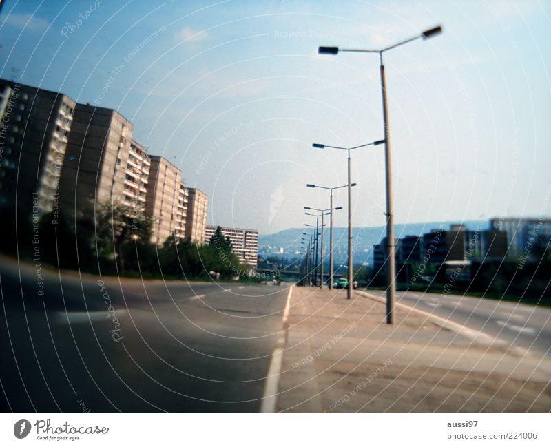 Inzeption Einsamkeit Straße Wege & Pfade Beleuchtung leer Straßenbeleuchtung Allee Plattenbau Straßenverkehr Unbewohnt