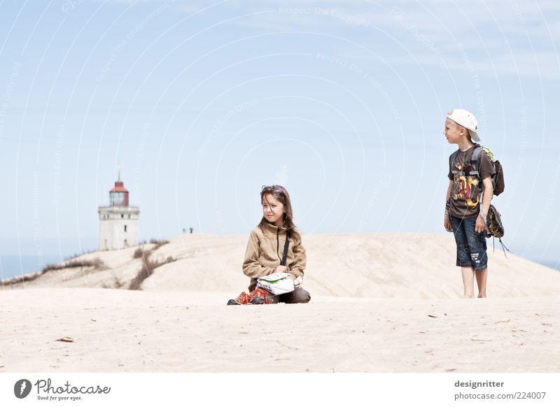 Groß ist relativ Kind Mädchen Ferien & Urlaub & Reisen Meer Sommer ruhig Ferne Freiheit Junge Sand Küste Familie & Verwandtschaft Kindheit Tierjunges sitzen