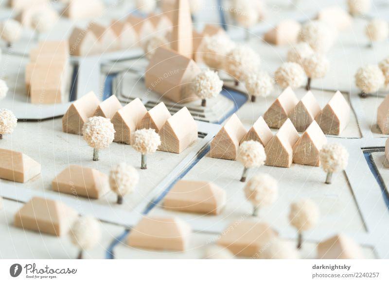 Ein neu geplantes Dorf mit Wohnhäusern, Reihenhäusern und Bungalows, new urbanism. Das Modell ist aus Holz, Karton und Bäumen aus Schaumgummi konstruiert. Es handelt sich um ein Feriendorf in Norddeutschland