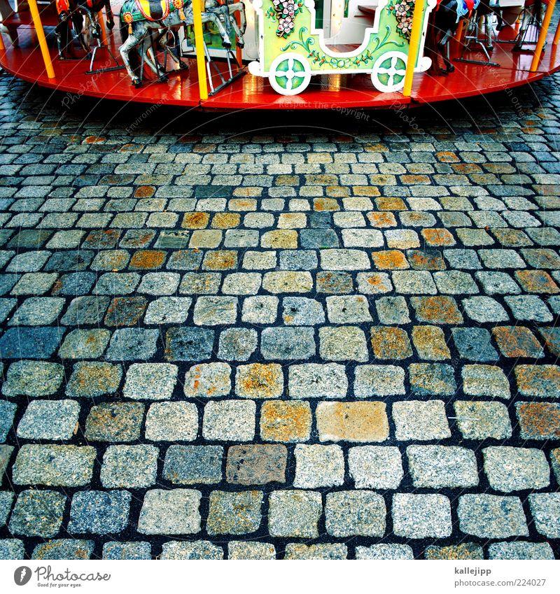 dreh dich Freizeit & Hobby schön Karussell Jahrmarkt Pflastersteine Farbfoto mehrfarbig Licht Kontrast Zentralperspektive Kinderkarussell Bildausschnitt