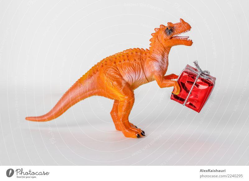 Dinosaurierspielzeug mit Weihnachtsgeschenkbox. Freude Spielen Feste & Feiern festhalten einfach Freundlichkeit Fröhlichkeit gut einzigartig klein lustig