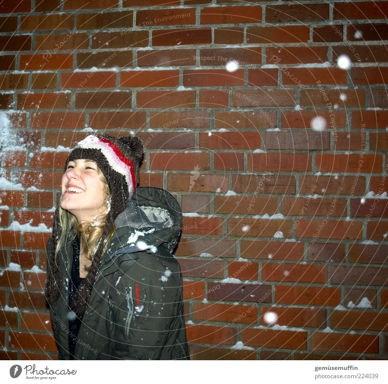 Winterfreude Junge Frau Jugendliche Kopf 1 Mensch 18-30 Jahre Erwachsene Wetter Eis Frost Schnee Schneefall Gebäude Fassade Mantel Mütze lachen toben