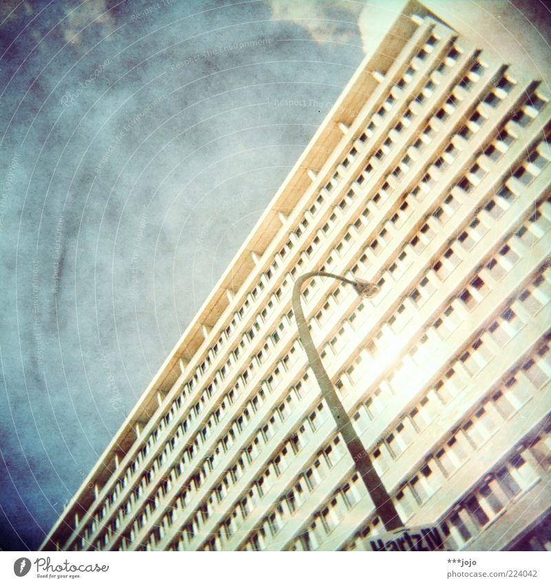 hartz IV. Stadt Haus Architektur Gebäude Fassade Hochhaus trist Bauwerk Laterne DDR Straßenbeleuchtung Geometrie Plakat Gesetze und Verordnungen Plattenbau