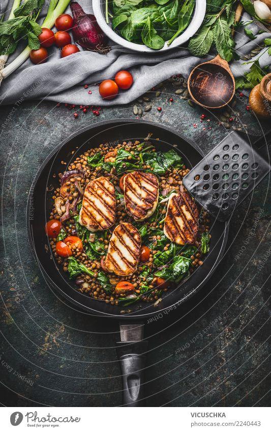 Linsen mit Spinat und gebratenem Käse Lebensmittel Gemüse Kräuter & Gewürze Ernährung Mittagessen Abendessen Bioprodukte Vegetarische Ernährung Diät Slowfood