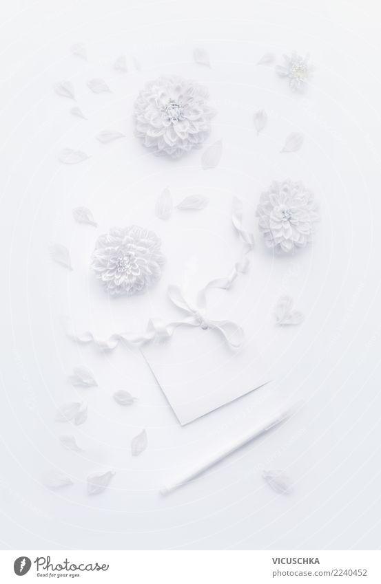 Weßes Stillleben mock up mit Blumen und Grußkarte elegant Design Veranstaltung Feste & Feiern Valentinstag Muttertag Hochzeit Geburtstag Blatt Blüte