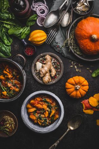 Veganer Kürbiseintopf mit Spinat Gesunde Ernährung Winter dunkel Speise Foodfotografie Essen Gesundheit Stil Lebensmittel Design Häusliches Leben Tisch Küche