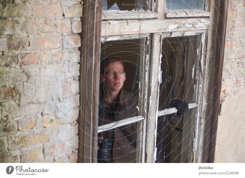nichts los hier Fotokamera Mensch maskulin 1 18-30 Jahre Jugendliche Erwachsene Winter Ruine Gebäude Fassade Fenster Jacke Handschuhe Stein Holz Glas beobachten