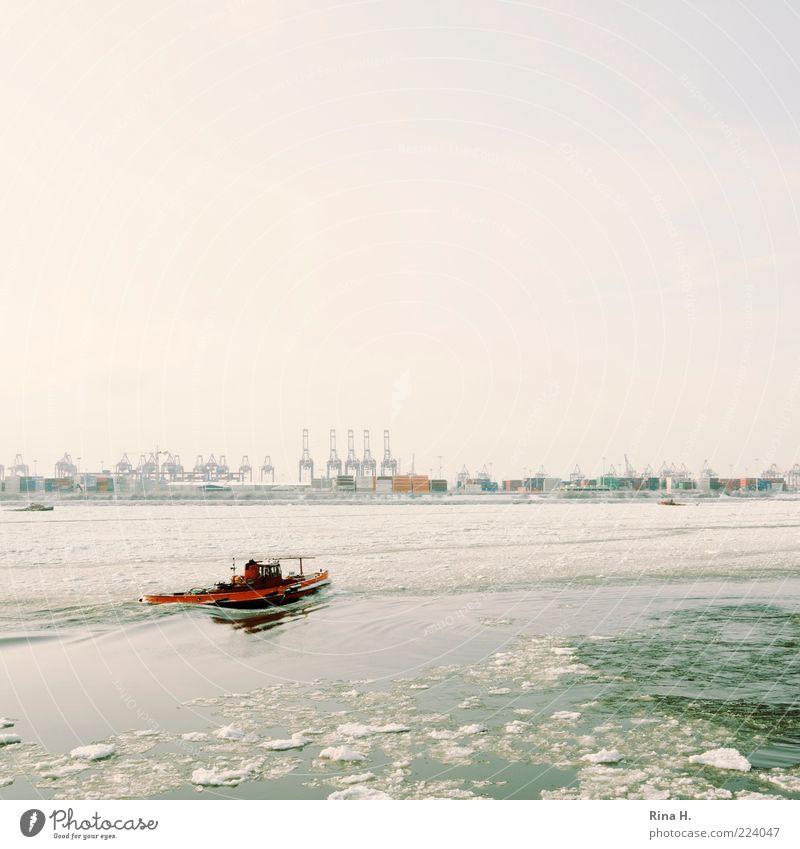 Eisschollen auf der Elbe Winter Hamburg Verkehrsmittel Binnenschifffahrt Bootsfahrt Motorboot Hafen kalt Fluss Menschenleer Textfreiraum links