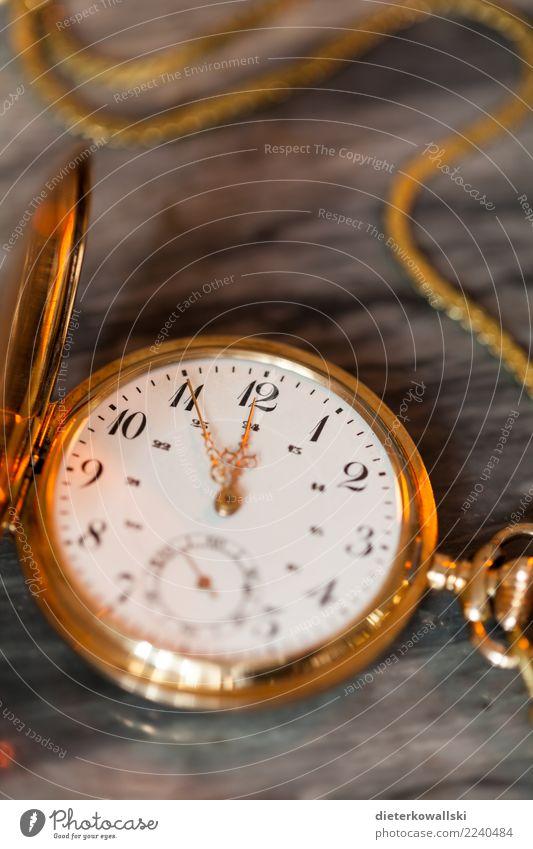 5vor12 Lifestyle kaufen Reichtum elegant Stil Uhr Kompass Klimawandel Accessoire schön Atomkriegsuhr Doomsday Clock Taschenuhr alt Farbfoto Innenaufnahme