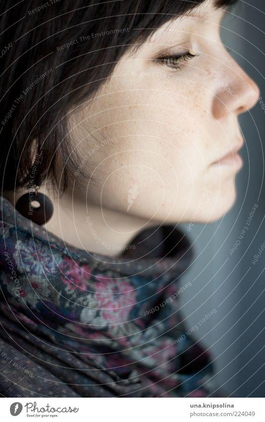 O feminin Junge Frau Jugendliche Erwachsene 1 Mensch 18-30 Jahre Stoff Accessoire Ohrringe Schal brünett kurzhaarig beobachten Blick träumen geblümt Tuch