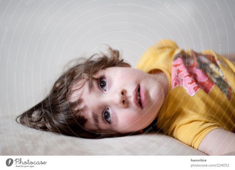 fasziniert Mensch Kind gelb Junge grau liegen Kindheit offen T-Shirt Neugier Kleinkind brünett Interesse faszinierend 3-8 Jahre