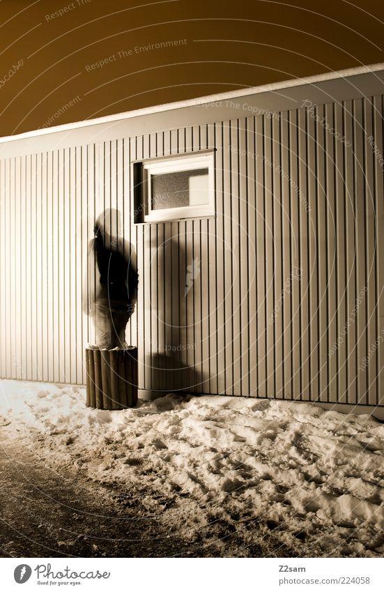 beam me up Haus Mensch 1 Winter Schnee Gebäude Architektur stehen außergewöhnlich dunkel kalt verstört geheimnisvoll träumen Fenster Teleportation Müllbehälter