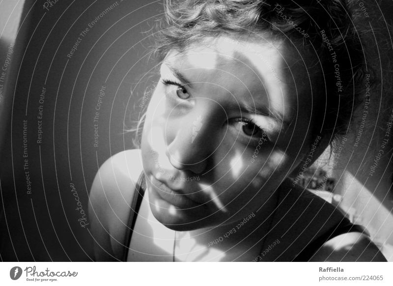ungewiss feminin Junge Frau Jugendliche Auge Mund 18-30 Jahre Erwachsene Top Halskette Locken Blick Kontrast Traurigkeit Schwarzweißfoto Innenaufnahme Licht