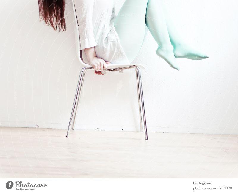 clean Frau Mensch feminin Beine Stimmung Fuß hell sitzen Körperhaltung Strumpfhose anonym Anschnitt Bildausschnitt kopflos gesichtslos zurückziehen
