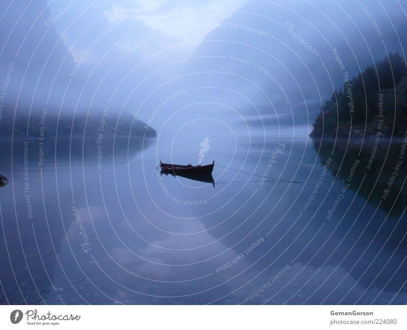 Boot am Fjord Natur Wasser blau Ferien & Urlaub & Reisen ruhig Einsamkeit Erholung Herbst Landschaft Wasserfahrzeug Nebel ästhetisch einzigartig Reisefotografie außergewöhnlich geheimnisvoll