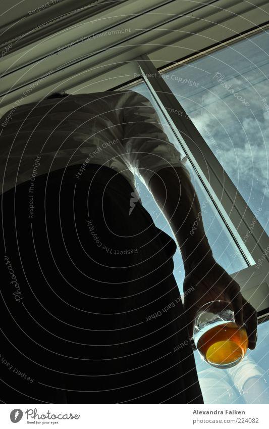 Mann an Fenster IX Lifestyle Stil Mensch Erwachsene Leben Arme 1 beobachten stehen warten Stimmung Alkohol Sucht Abhängigkeit Farbfoto Innenaufnahme Tag