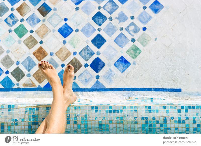 so ???? Mensch Jugendliche blau Ferien & Urlaub & Reisen weiß Sommer Freude ruhig Erwachsene Erholung feminin Junge Frau Beine Fuß hell Schwimmen & Baden