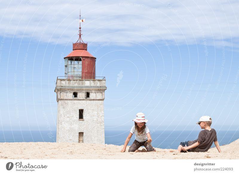 Groß ist relativ II Kind Ferien & Urlaub & Reisen Mädchen Meer Sommer ruhig Ferne Spielen Freiheit Junge Sand Wärme Küste hell Kindheit sitzen