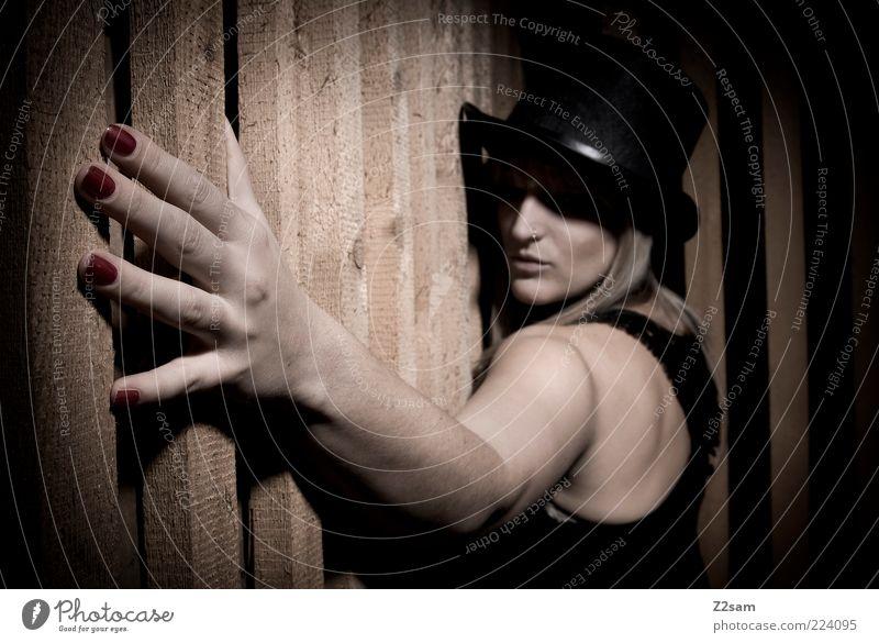 diva Stil Keller Junge Frau Jugendliche 1 Mensch 18-30 Jahre Erwachsene Zirkus Mode Kleid Hut blond berühren stehen träumen dunkel gruselig rebellisch stark