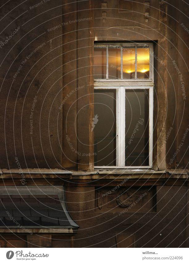 lifestyle I alt Einsamkeit Haus Wand Fenster Mauer Lampe Beleuchtung Wohnung Fassade Lifestyle Häusliches Leben verfallen Nostalgie Altersversorgung altmodisch