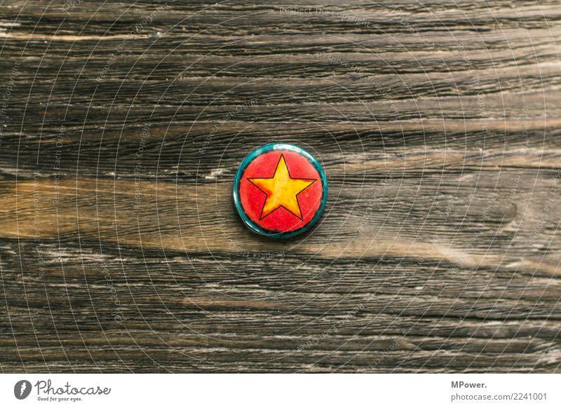 star Zeichen Coolness Stern (Symbol) Anstecker Holztisch Gold rund Farbfoto Textfreiraum links Textfreiraum rechts Textfreiraum oben Textfreiraum unten